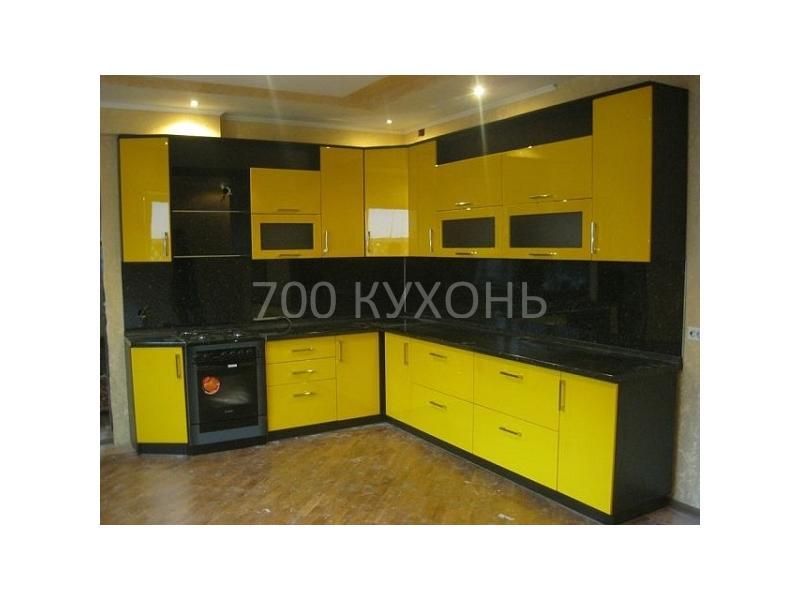 Черно-желтая угловая кухня