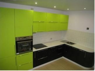Большая угловая зеленая кухня