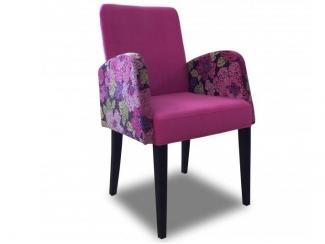Розовый стул с подлокотниками