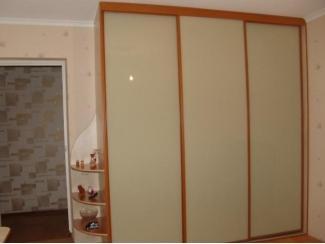 Шкаф-купе с цветным стеклом - Мебельная фабрика «Прага Мебель»