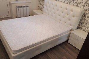 Кровать белая в каретной стяжке - Мебельная фабрика «Уют»
