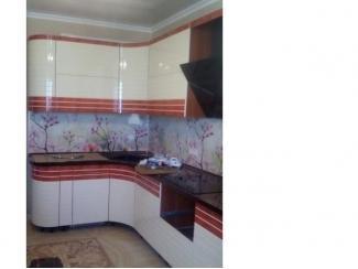 Угловая кухня с плавными фасадами