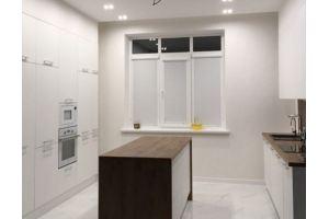 Белая кухня с деревом и островом - Мебельная фабрика «Мебель Хаус»