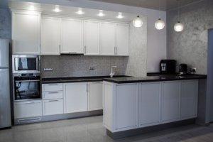 Белая кухня с островом - Мебельная фабрика «Декорум»