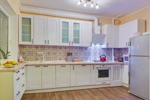 Белая П-образная кухня Vis a vis в стиле неоклассика - Мебельная фабрика «Магия кухни»