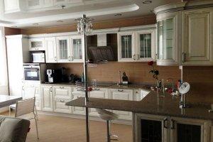 Большая светлая кухня из массива - Мебельная фабрика «Lakma»