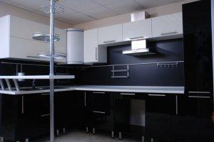 Черная угловая кухня со стойкой - Мебельная фабрика «Командор»