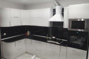 Черно-белая угловая кухня - Мебельная фабрика «Дэрия»