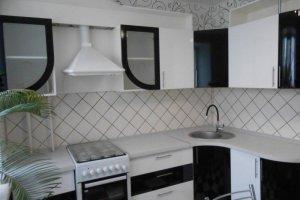 Черно-белая угловая кухня - Мебельная фабрика «Эльф»