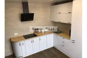Кухня белая угловая с столешницей под дерево - Мебельная фабрика «Кухни OLLI»
