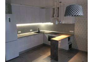 Красивая светлая кухня с фасадами в белом пластике - Мебельная фабрика «Кухни Вардек»