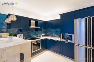Кухня насыщенного синего цвета из массива ясеня - Мебельная фабрика «Арт-Тек мебель»