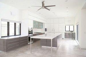 Вместительная кухня с фасадами Rehau - Мебельная фабрика «Евроньюформ»