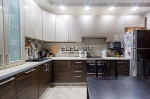 Кухня с фасадом Шпон + Акрил - Мебельная фабрика «ELEGRUM»