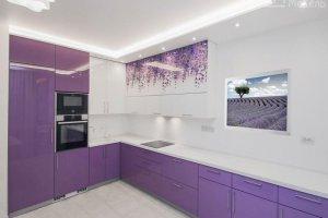 Кухня сиреневого цвета с фотопечатью - Мебельная фабрика «Маруся мебель»