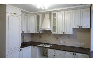 Кухня угловая с патиной белая - Мебельная фабрика «Кухня России Все под рукой»