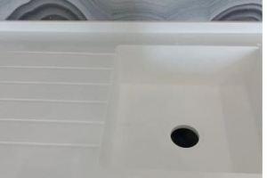 Мойка для кухни из жидкого камня Квадро 450x450 с крылом Hi-Macs S 034 - Оптовый поставщик комплектующих «ВипКамень»