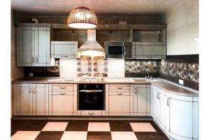 Простой светлый кухонный гарнитур - Мебельная фабрика «Массив»