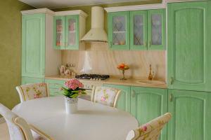 Прямая кухня зеленая Массив - Мебельная фабрика «КомфортОН» г. Москва