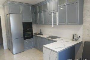 Серая кухня с полуостровом - Мебельная фабрика «Гранд Мебель 97»
