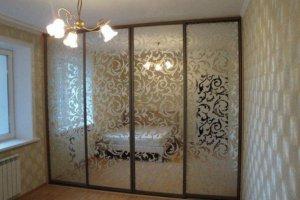 Шкаф-купе фасады зеркало с пескоструйным рисунком  - Мебельная фабрика «Ваша мебель»