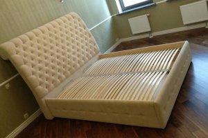 Светлая кровать с каретной стяжкой - Мебельная фабрика «Элит-диван»