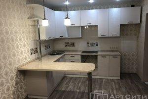 Светлая кухня с барной стойкой - Мебельная фабрика «АртСити»