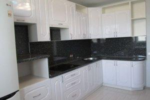 Угловая белая кухня с черной столешницей - Мебельная фабрика «Агата»