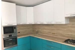 Угловая кухня белый с бирюзой - Мебельная фабрика «МиАн»