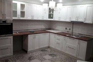 Угловая кухня МДФ белая эмаль с патиной серебро - Мебельная фабрика «Беранд»