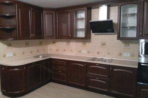 Угловая кухня с карнизом и витражом - Мебельная фабрика «ВладМебСтрой»