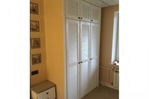 Встроенный шкаф в спальню с жалюзийными дверкам - Мебельная фабрика «Массив»