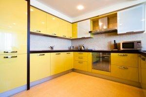 Желтая угловая кухня Пластик - Мебельная фабрика «ARTOKEAN»