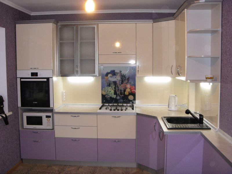 Угловая кухня бежево-сиреневая