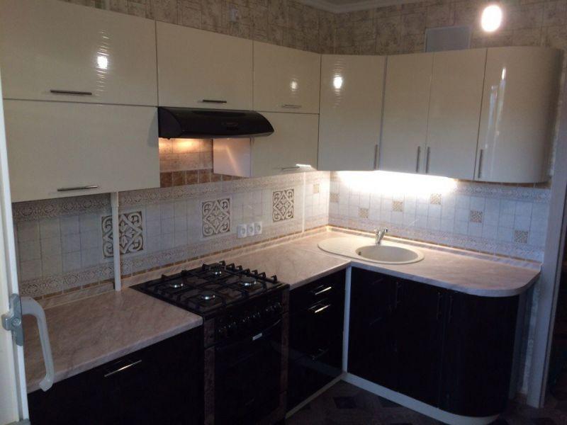 Угловая кухня с гнутым фасадом
